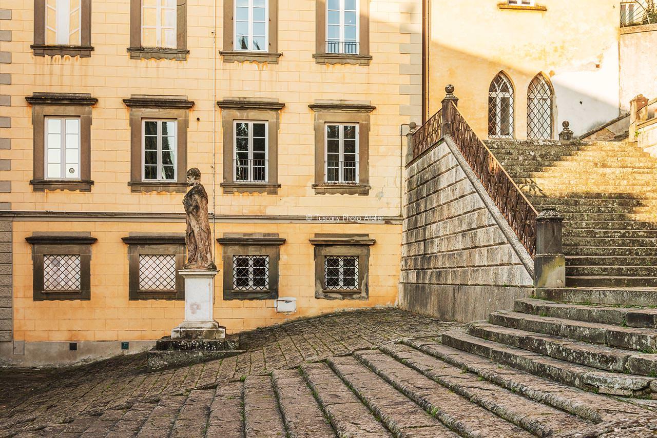 Statua sulla scalinata della Chiesa del Santissimo Crocifisso a San Miniato, Pisa